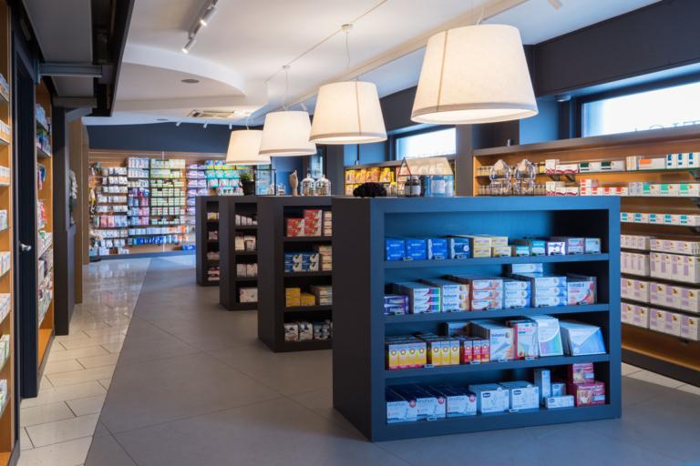 foto con espositori parte centrale farmacia