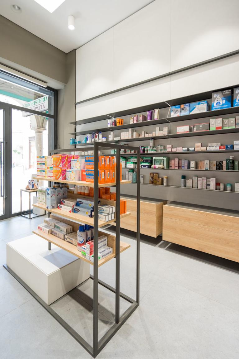 Vista interni farmacia Edi Varese dettaglio elemento centro stanza realizzato a disegno