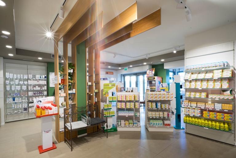 foto panoramica elemento espositivo centrale a froma di albero per esporre prodotti cosmesi