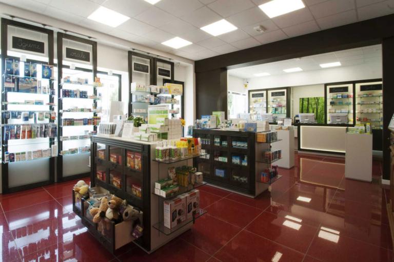La luce gioca un ruolo fondamentale nella farmacia andando a sottolineare alcuni dettagli dell'arredo o di prodotto.