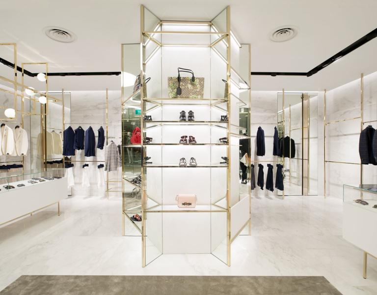 Foto colonna centrale espositiva con struttura in ottone cristallo e marmo boutique closet Singapore
