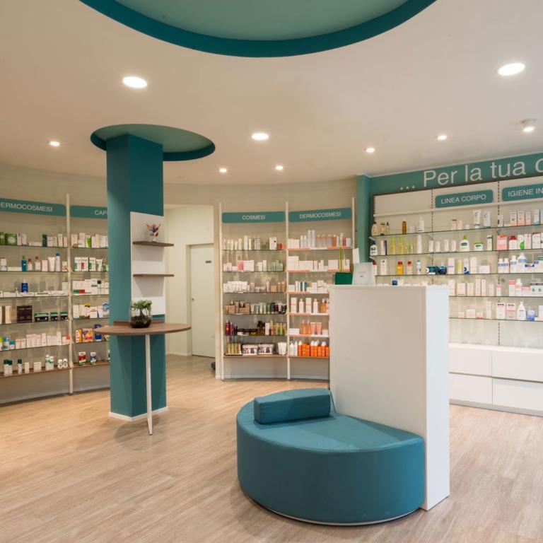 foto parte centrale farmacia con viavci accostamenti cromatici