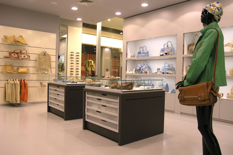 Foto dettaglio tavoli espositivi con teca in cristallo extralight boutique Tosca Blu